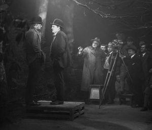 """Dreharbeiten zu """"Looping the Loop"""". Dr. Arthur Robison 3. von links. Rechts neben der Kamera mit Hut: Karl Hoffmann"""